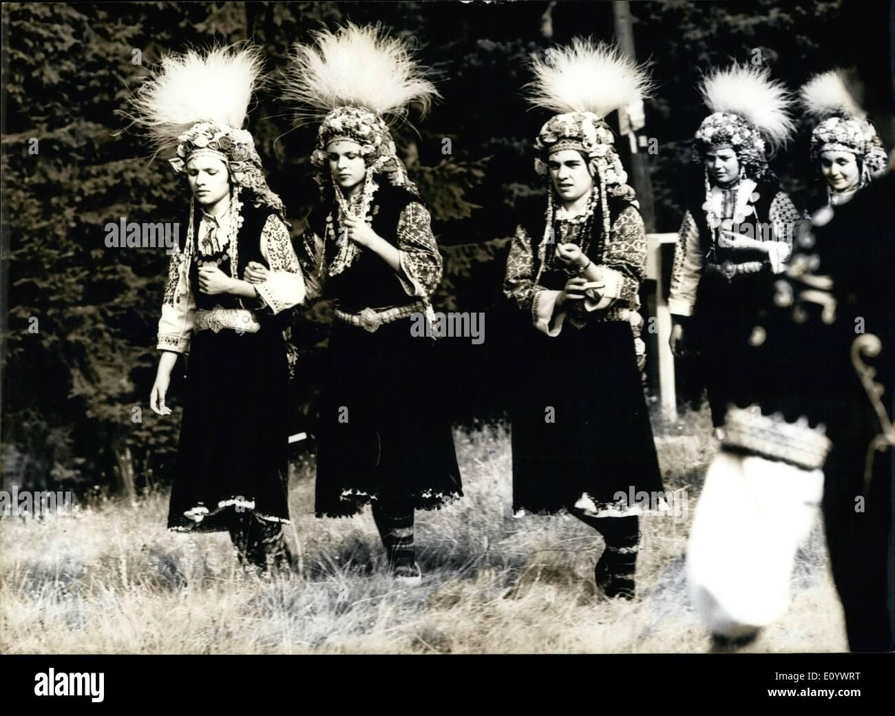 Agosto 08, 1971 - Festival di Folklore. La foto mostra le ragazze in splendidi costumi nazionali. Immagini Stock