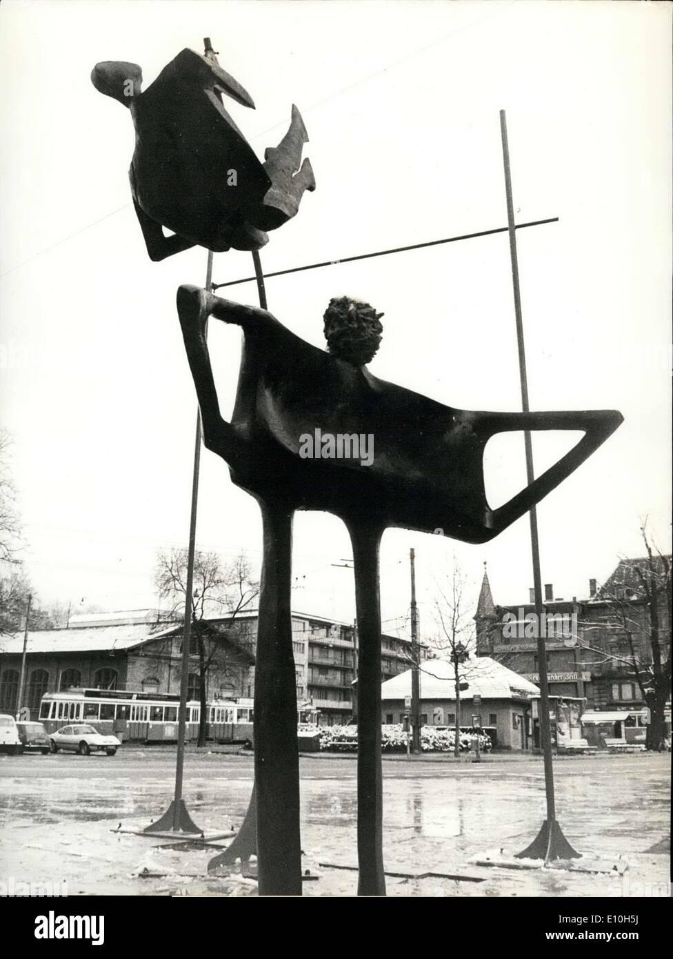 Nov. 12, 1972 - La solitudine del ponticello di plastica: all'entrata del Kunsthaus di Zurigo vi è da pochi giorni e ora Immagini Stock