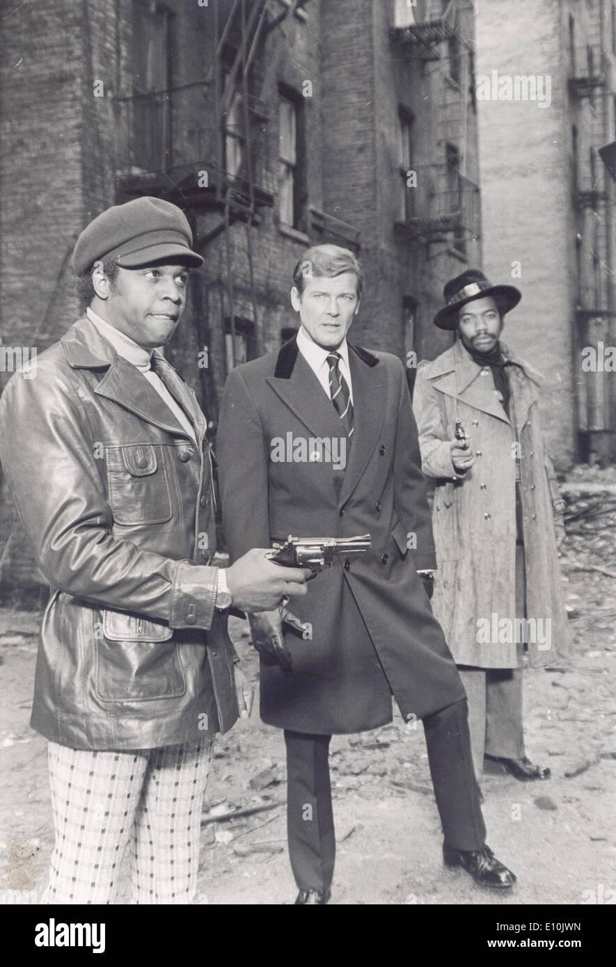 Attore Roger Moore sul set di James Bond Immagini Stock