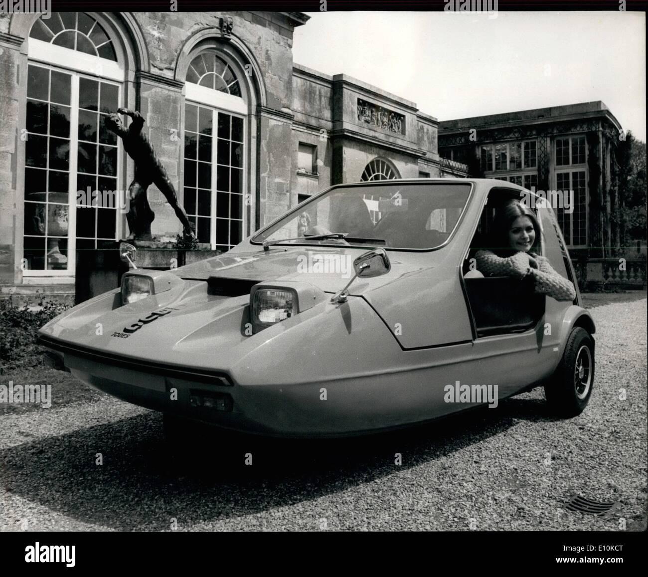 05 maggio 1973 - ''Bond Bug'' - La gioventù auto del 70's'': il legame Bug, un rivoluzionario biposto olni~~ per essere il primo veicolo progettato esclusivamente per il 17 a 25 gruppo di età. Questo nuovo motore Raliant producti Gruppo avviato con la fiduciosa ~~~ di diventare grande come un trend-setter nel suo campo negli anni settanta come la Mini è stato negli ultimi ~~~~. Tre versioni vengono offerti, sono il ~~~~~ 700 ''Bond modello Bug (al prezzo di 548.0.04) 700 (579.7.0) che ha la completa attrezzatura meteo ans styling rafinemen~~~~ 700~s (~29.19.~) tutto il mondo ~~~~~~ Immagini Stock