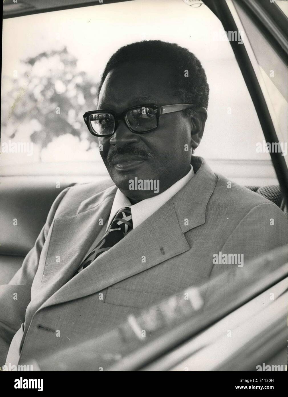 14 gennaio 1975 - Angola: due documenti turh la loro attenzione agli eventi in Africa. I tempi examins declarationof l indipendenza dal locale movimento di liberazione di Cabinda whuch dice ''è un'altra indicazione sia dell'Angola di disintegrazione e di aumentare la partecipazione da parte di potenze esterne nella sua diffusione la guerra civile''. Riferendosi al enclave di reddito, i tempi syas indipendenza avrebbe messo i suoi ottanta mila residenti nell'olio classe shiekhdom Immagini Stock
