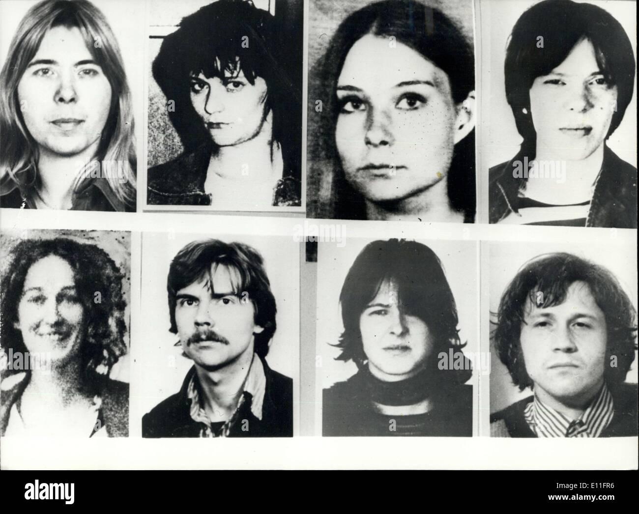 25 ottobre 1977 - La più grande ricerca nella storia per il killer di Dr Schleyer: nella stessa notte di ottobre 19th, quando il corpo di Hanna-Martin Schelyer è stata trovata, la RFT ha iniziato la ricerca più grande nella storia della Germania. Voleva sono 16 terrorista in connessione con l' assassinio di Schleyer. Migliaia di manifesti e da locandine sono stati consegnati dalla polizia. La foto mostra L-R: Inge Viett, Juliane Plambeox, Angelika Speitel, e Susanne Albrecht, inferiore Immagini Stock