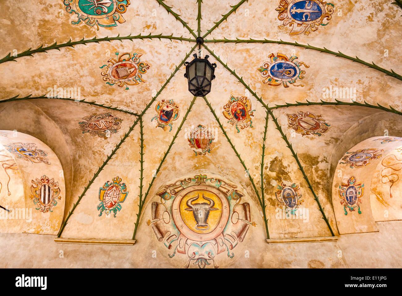 La nobiltà di stemmi a nervatura soffitto al chiostro nel castello di Baranow Sandomierski, Malopolska, Polonia Immagini Stock