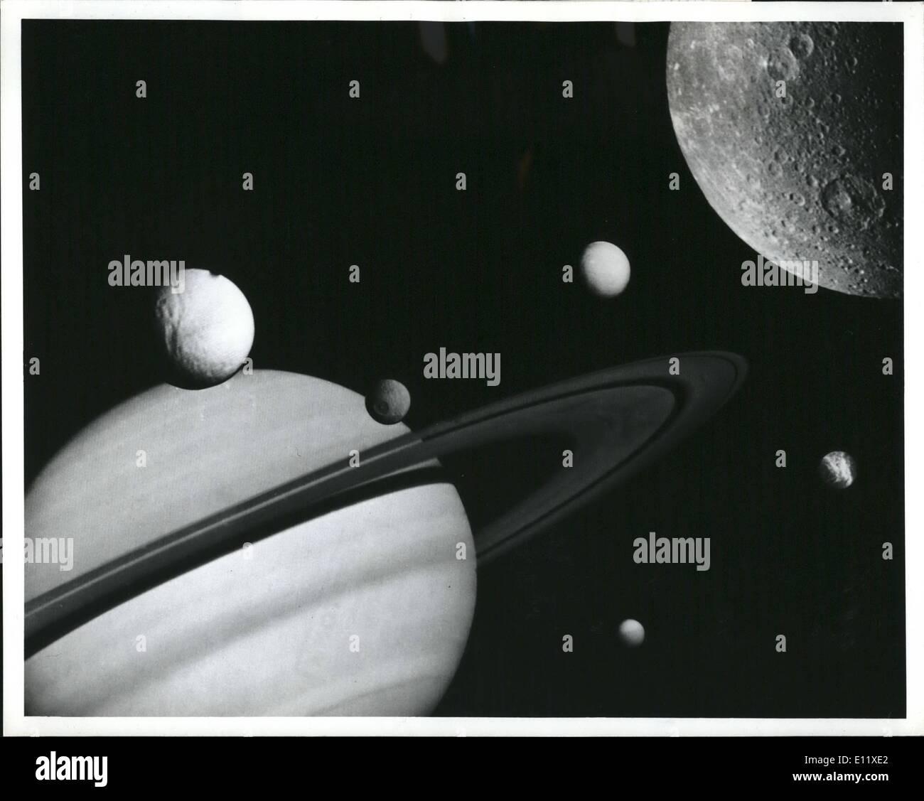 Febbraio 02, 1981 - Questo montaggio è stato preparato a partire da immagini prese dalla NASA Voyager I durante il suo volo attraverso il sistema saturnino nel novembre 1980. Saturno e i suoi anelli dominano questo artista della vista che mostra anche sei del pianeta noto 15 satelliti. Muovendosi in senso orario da destra, questa vista mostra Tetide e pockmarked manca è la parte anteriore del pianeta, questa vista mostra Tetide e pockmarked mises nella parte anteriore del pianeta, enceledus davanti gli anelli, Dione in primo piano a sinistra, rhea off il bordo sinistro del re e titan nella sua orbita distante in alto Immagini Stock
