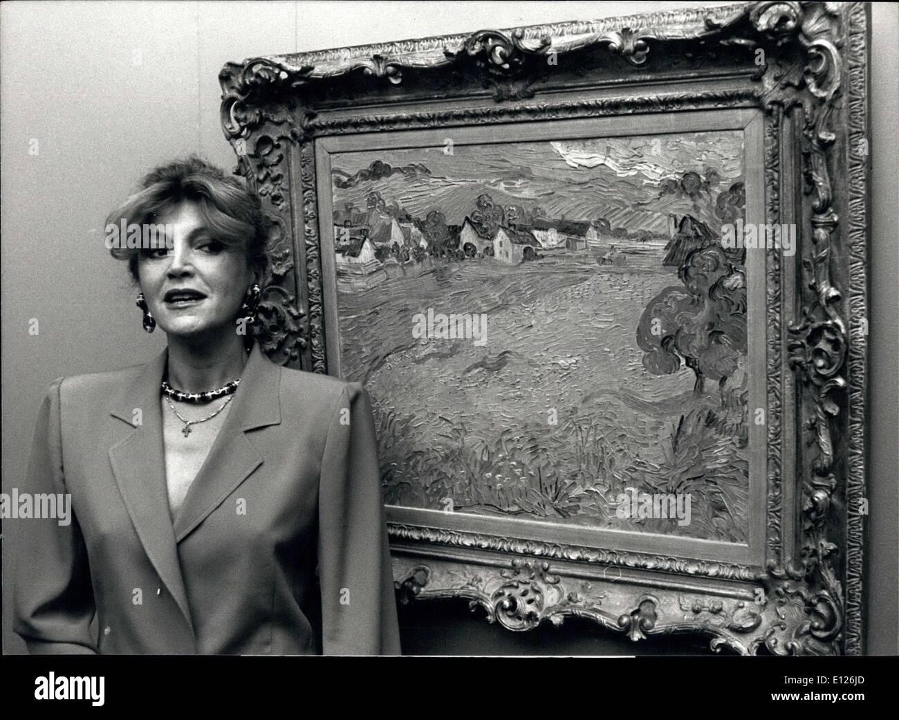 """Apr. 11, 1990 - Impressionisti e post-impressionisti; ''Impressionismo e Post Impressionismo"""" che è il tema di una mostra a Lugano/Svizzera con più di 50 dipinti, tutti di loro parte della Collezione Thyssen. La mostra si svolge dal 01 aprile al 08 luglio nella Villa favorita. La foto mostra la baronessa di Thyssen Bornemisza e il Museo Van Gogh è ''Les Vessenots a Auvers' Immagini Stock"""