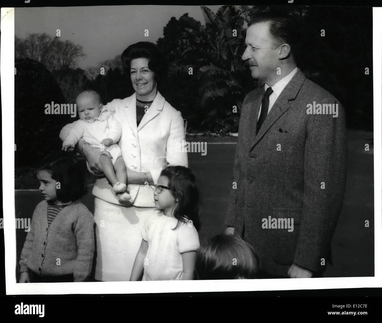 Il 12 Dic. 2011 - Il Presidente di Argentina, gen. Carlos Ongania con sua moglie Emiliana Greene De Ongania e loro grand i bambini presso la residenza presidenziale di Olivos. Immagini Stock