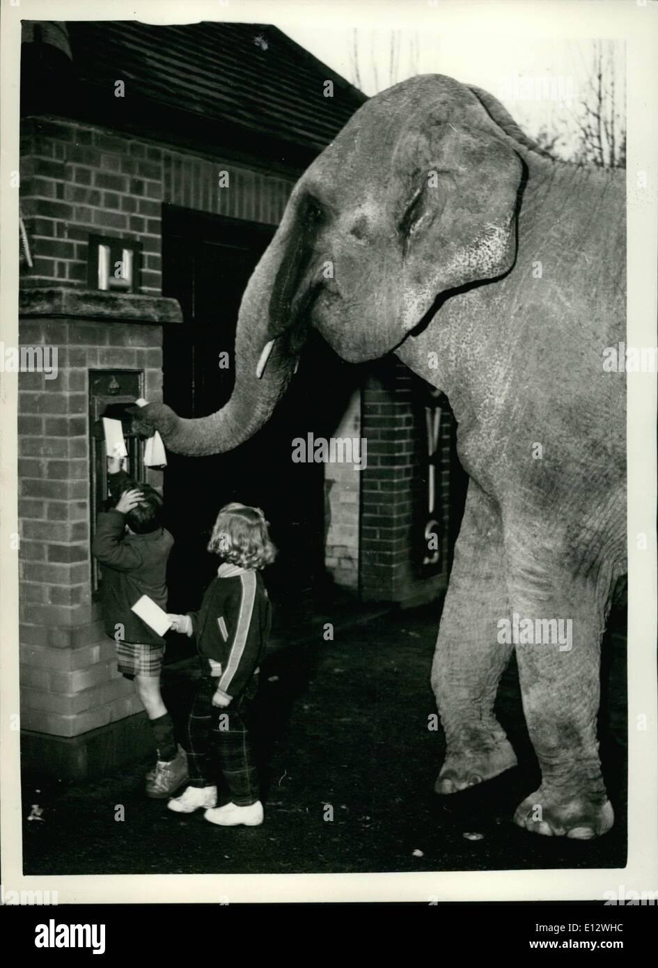 """Febbraio 25, 2012 - Post inizio: Seguendo il Postmaster del generale consigli, questi due giovani sono la pubblicazione anticipata per Natale. Chiudere dietro di loro è la loro """"pal' la Birmania, l'elefante da Billy Smart il circus. I bambini sono il circo propietor Billy di Smarts due grand-bambini, Jamie, 4 1/2 e Zana, 3. Immagini Stock"""
