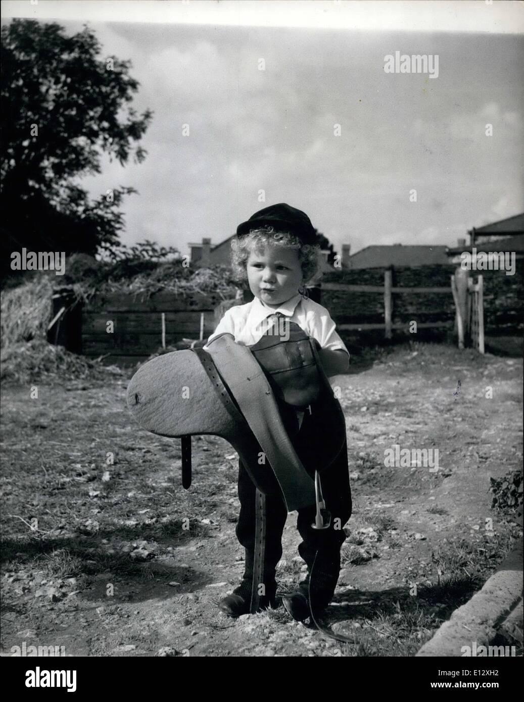 Febbraio 25, 2012 - La sella è grande quasi quanto egli è, ma che non si doter giovane Martin, che in due anni è già abbastanza un veterano pilota. Capelli ricci Martin vince trofei di equitazione presso i due anni di età: non molto tempo fa che 2 anni di Martin Brierley imparato a camminare e già ha vinto un paio di rosette per le sue esibizioni in gymkhanas vicino alla sua casa a Salisbury Road, Worthing Sussex. Capelli Cuarly Martin è stato equitazione poiché egli è stato di 18 mesi di età ed è il membro più giovane del Crawley e Horsham ramo del Pony club Immagini Stock