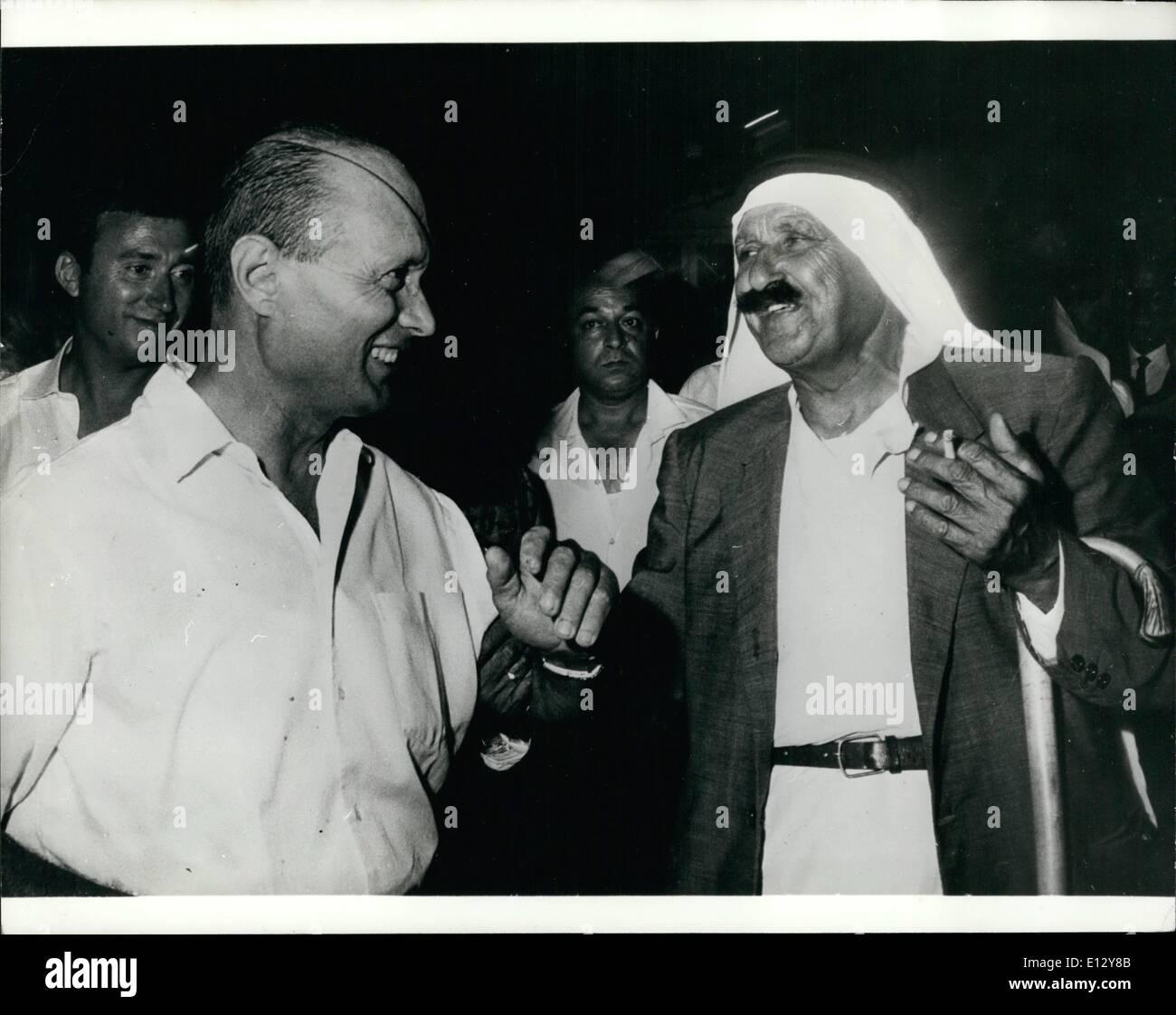 Febbraio 25, 2012 - Operazione pace: meglio delle parole è questo cordiale incontro tra il generale Moshe Dayan e Gisbel Ahmed, Mussulman sindaco e il capo della polizia locale di un villaggio vicino a Nazareth. Immagini Stock