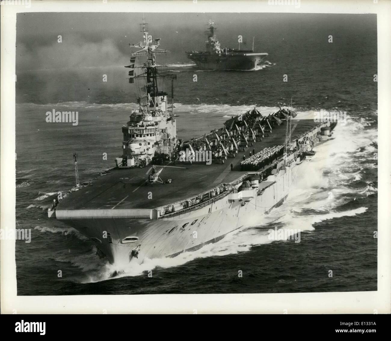 Febbraio 26, 2012 - angoli, curve e specchi. Due della marina britannica della nuovissima portanti sono H.M.S. Albion e H.M.S. Centauro. Entrambi sono equipaggiati con le più recenti flattops - angolato deck e un mirror aiuto di atterraggio per sostituire il battitore familiare. Essi sono stati visti insieme a cerimonie che segnano la partenza di Admiral conte del Mountbatten dal suo posto di Allied Commander-in-Chief, Mediterranea. Mostra immagine:- mirroring-e-angolato H.M.S. Centaur e H.M.S. Albion effettuare curve del loro scie nel Mediterraneo. Gli equipaggi e i velivoli sono redatte sul ponte per il cerimoniale di partenza. Immagini Stock