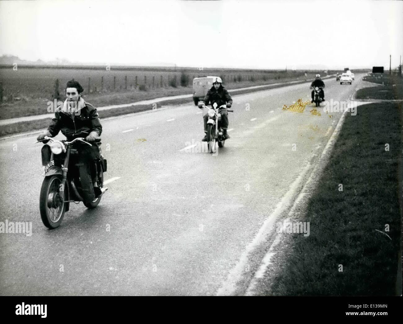 Febbraio 29, 2012 - SEGUIRE IL LEADER: la strada è diritta e talvolta stretti e agli automobilisti di mantenere una distanza di sicurezza dietro. Immagini Stock