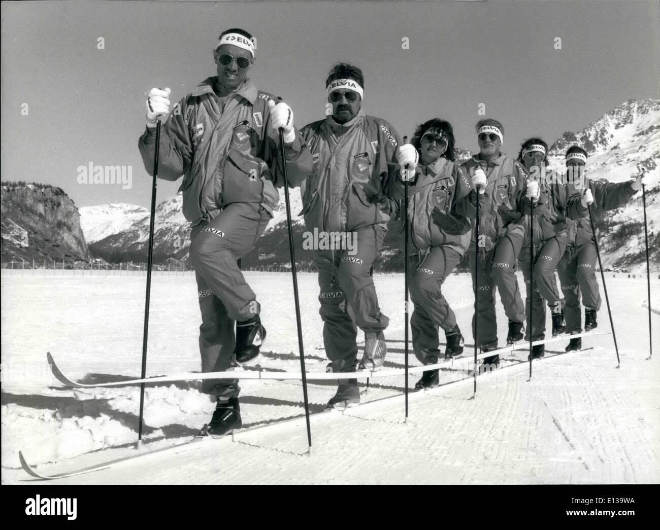 Febbraio 29, 2012 - sei persone su due sci. Durante il tradizionale Nordic Ski Marathon, che si svolgono in Engadina, parte del cantone dei Grigioni, sulla prossima domenica Marchill, sei persone cercano di assolvere tutta la maratona insieme su due sci. Se ci riescono, essi per assicurarsi andando a impostare un nuovo record per la famosa Guinness dei record. Immagine: Pietro Glaus, Martin Neeser, Marianne Fuchs, Adrian Fuchs, Rita Pfister e Markus Kappeler f.l.t.r. durante un warm up ancora di esercitare il loro coordinamento. Immagini Stock