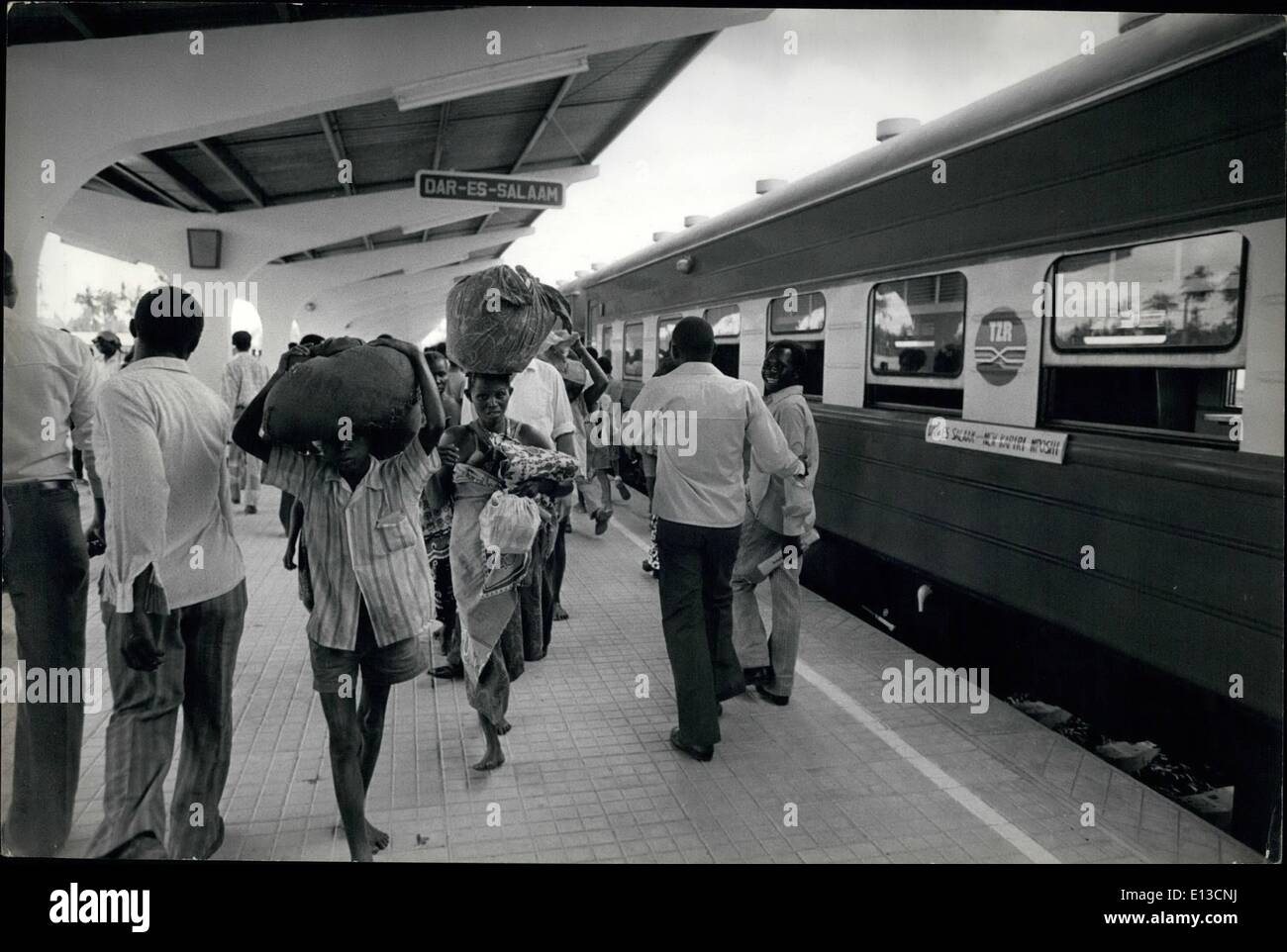 Mar 02, 2012 - Daressalaam, Tanzania: La storia è stata fatta... come i passeggeri arrivino in Daressalaam sul primo treno per viaggiare da Zambia in Tanzania sul nuovo Tanzam ''Uhuru Railway'' costruito dai Cinesi. La linea ferroviaria è quasi 1200 miglia lungo e costi per oltre 00 milioni di euro per costruire. Immagini Stock