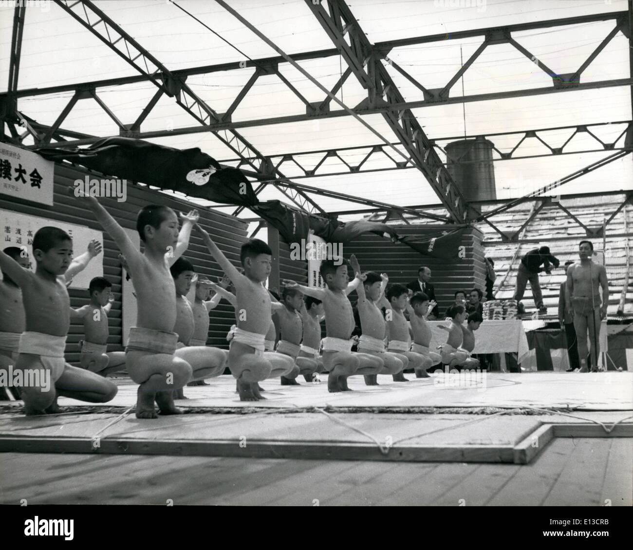 Mar 02, 2012 - Giovani in Giappone i treni per il sumo wrestling: Esercizi al di sotto di un istruttore qualificato sono una fase preliminare necessaria al sumo Immagini Stock