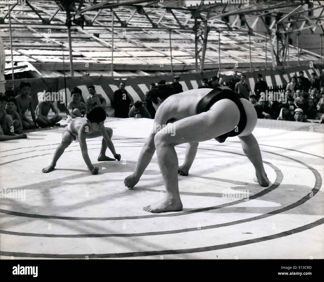 Mar 02, 2012 - Dimensione non fa alcuna differenza quando sapete Sumo: un giovane di dimensioni fino il suo avversario prima di un match di sumo. Da questa posizione si sposta in primo luogo sono sempre fatti. Immagini Stock