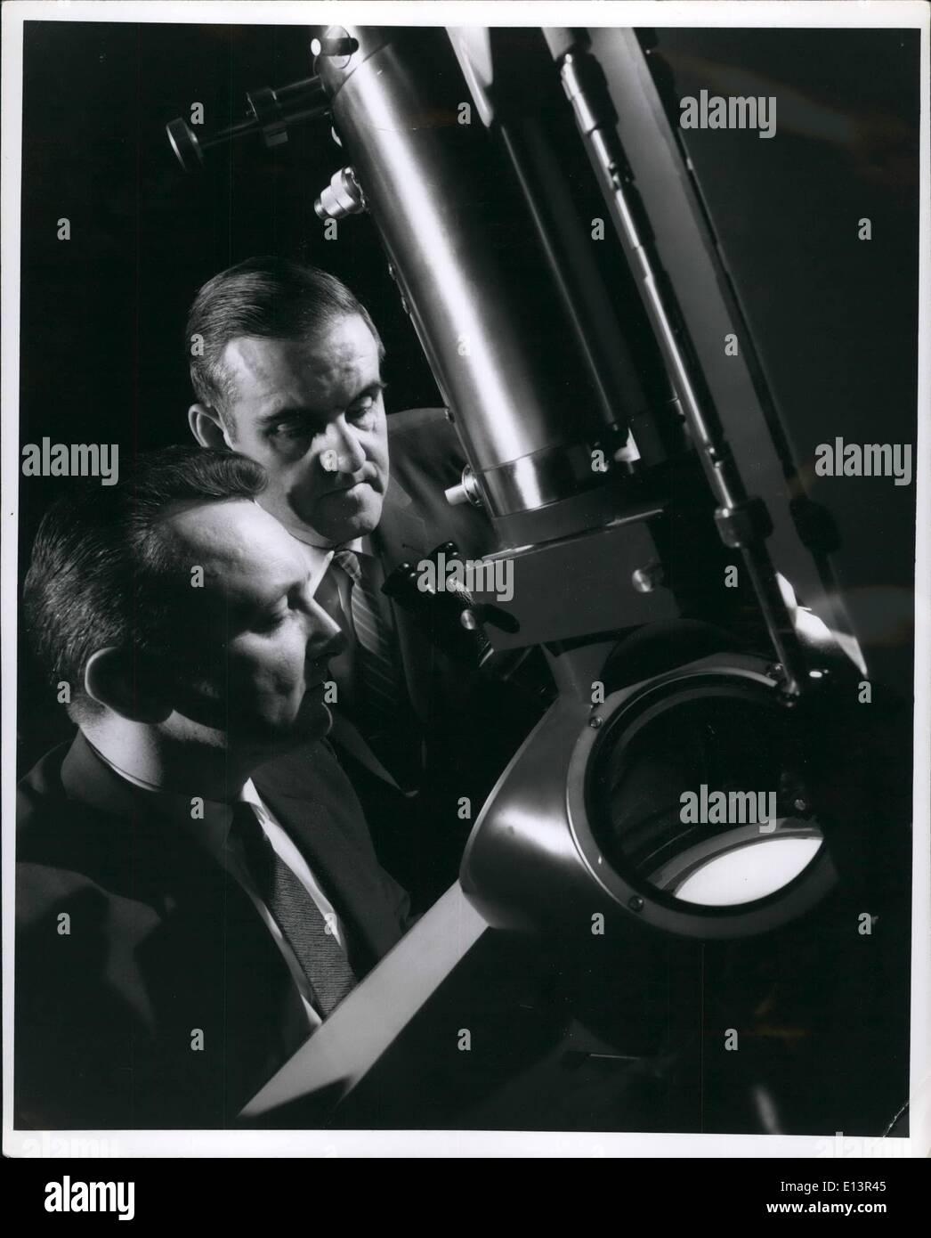 Mar 22, 2012 - utilizzando questo altamente avanzata microscopio elettronico, Dott. Victor un cacciavite Phillips a destra il sig. John A. Hugo, del Generale e Immagini Stock