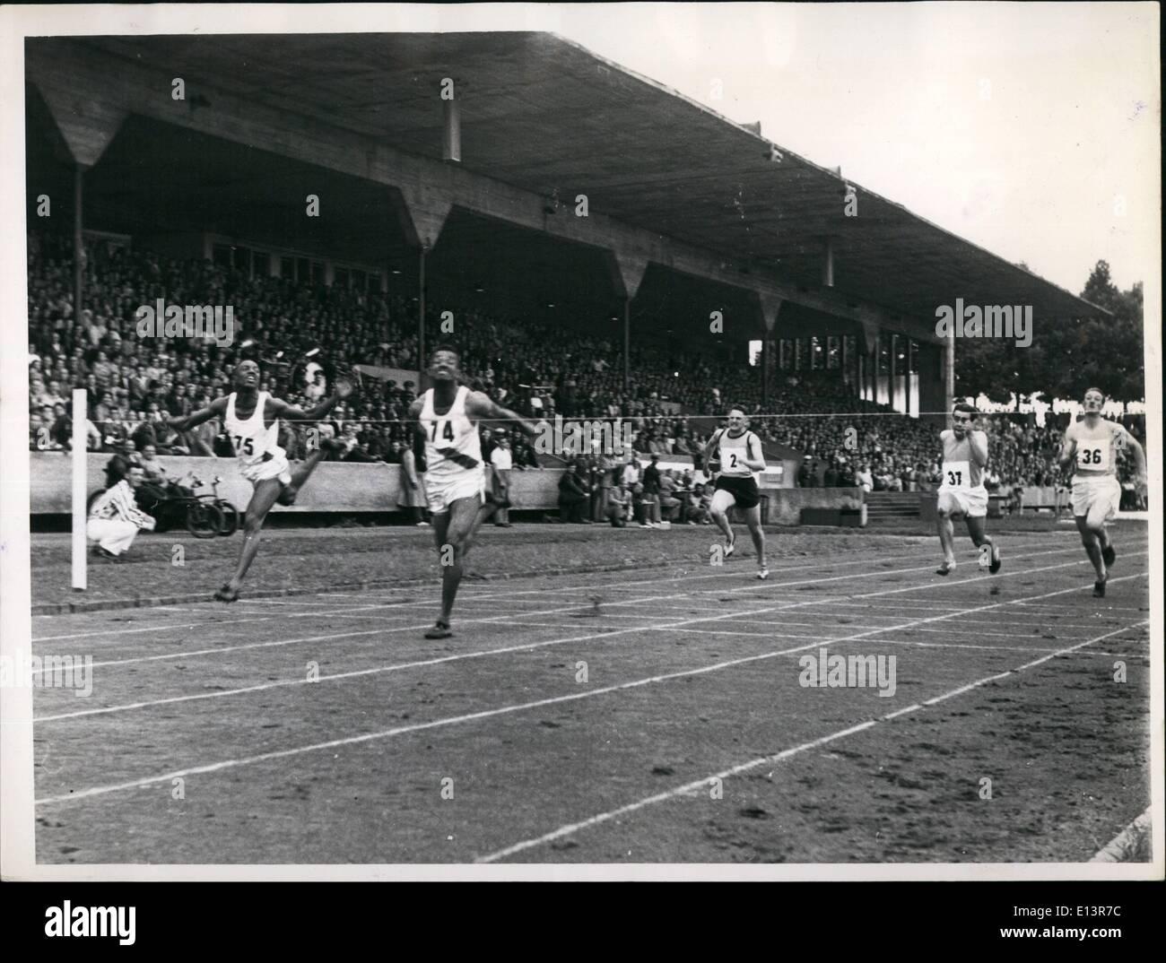 27 mar 2012 - Atletica da tre nazioni di Norimberga. Lo stadio di Norimberga è stata teatro di gare di atletica di tre nazioni tra squadre di americani, inglesi e delle forze francesi. Questa riunione per la prima volta nel 1950 a Stoccarda è stata ripetuta oggi. Gli americani sono stati vittorioso con la maggior parte delle gare. Keystone Monaco di Baviera immagine esclusiva 100 metri: Ralph Butler, STATI UNITI D'AMERICA CENTRALE (via) 10.3 sec Abramo Butler, STATI UNITI D'AMERICA (sinistra) 10,4 sec Edwardson, Inghilterra (destra) 10,6 sec Immagini Stock