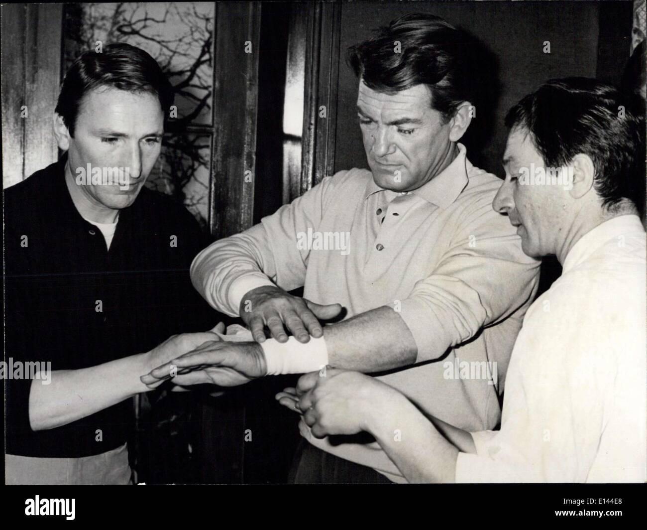 Apr. 04, 2012 - Jean Marais: polsi ancora bendata ââ'¬â€oe Jean Marais, il sen famoso attore che ha ferito suo Foto Stock