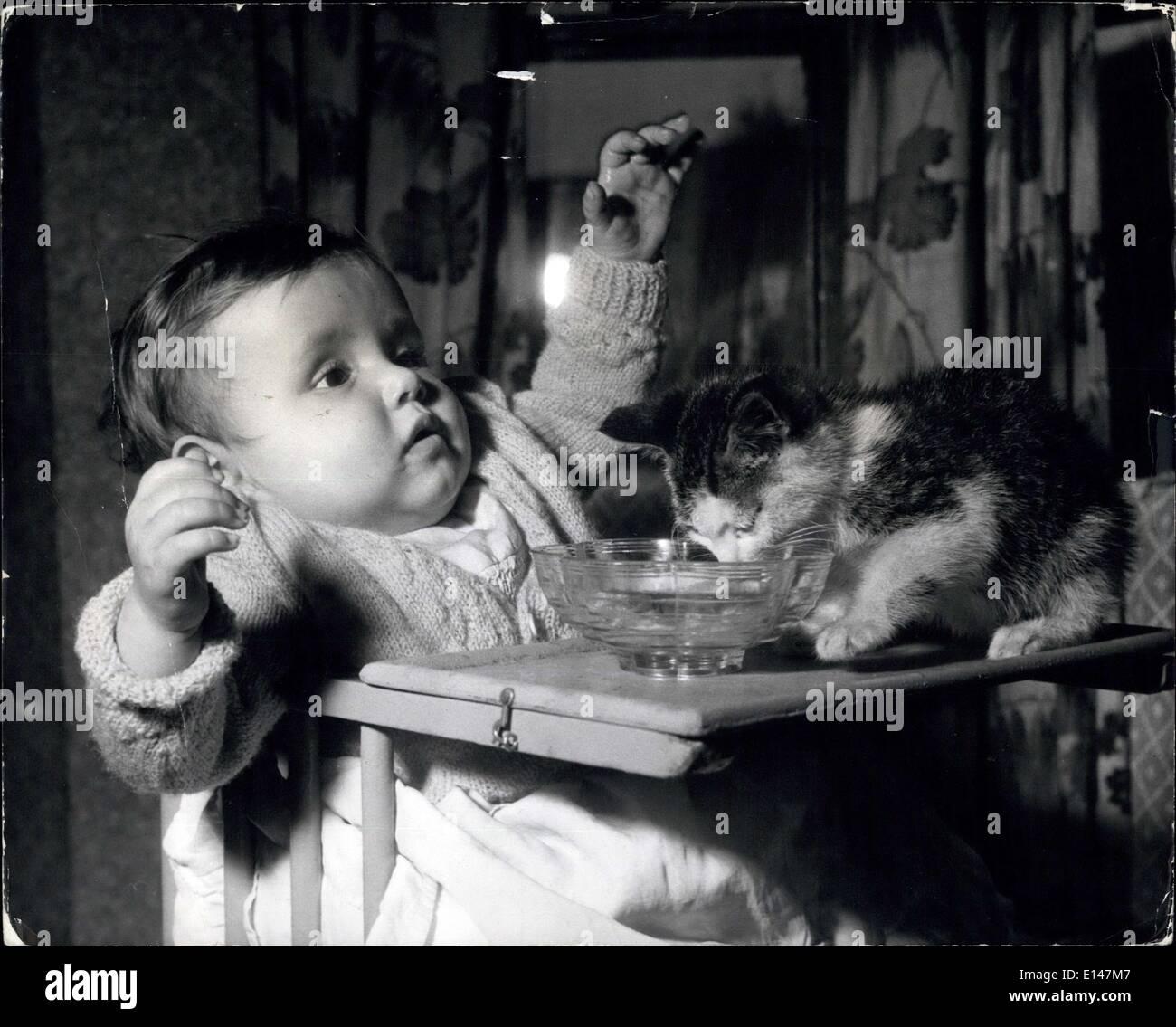 Apr. 17, 2012 - Buona cieli: lei è davvero mettere il suo volto in esso.... Teresa e i curiosi gattino... I cuccioli sono tali cose giocoso: non puoi tenerli fuori dai guai. Essi sono in tutto. Teresa Atkins, di Chatham, è scoprire questo fatto in età precoce - ha appena sei mesi se stessa ... e quando si siede nel suo seggiolone, aspettando il suo recipiente per essere riempita con il latte, abbastanza sicuro fino proviene Kitty, sopra la sua spalla, e verso il basso per la tavola, intenti sull' spingendo il suo piccolo naso a tutto. Immagini Stock