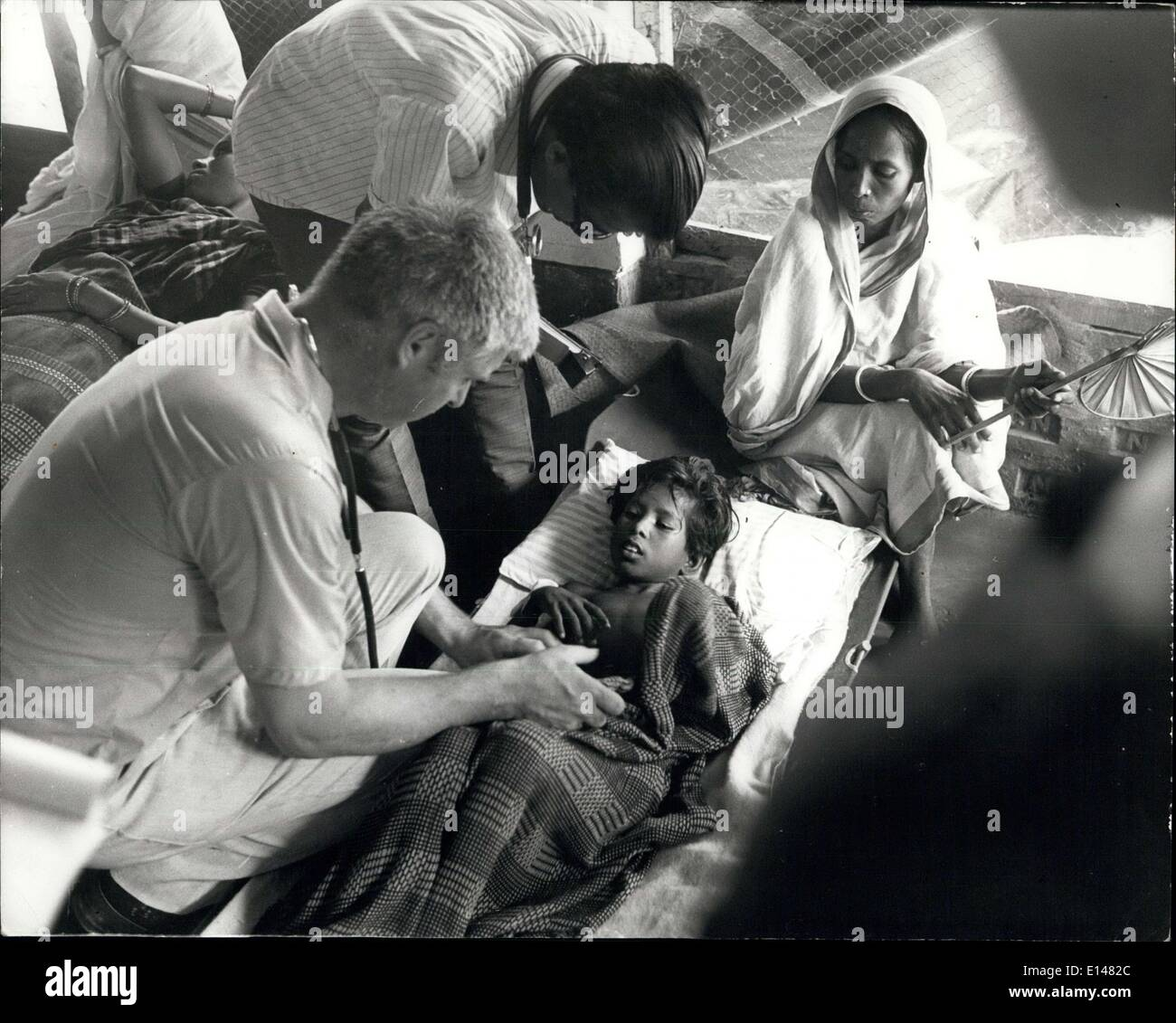 Apr. 17, 2012 - Dr.stewert Clarke assiste ancora un altro bambino paziente presso la War on Want ospedale. Immagini Stock