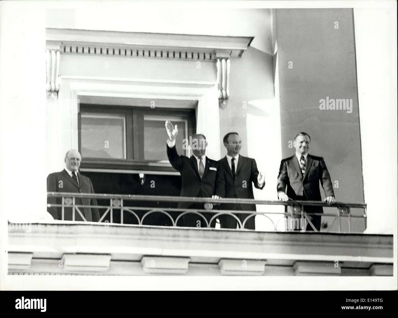 Apr. 17, 2012 - H.M. Il Re Olav V di Norvegia ha dato un ricevimento in onore dei tre astronauti Neil Armstrong e Edwin Aldrin e Michael Collins durante la loro permanenza a Oslo la scorsa settimana. Migliaia di persone sono andate al Palazzo Reale per celebrare gli uomini coraggiosi. Immagini Stock