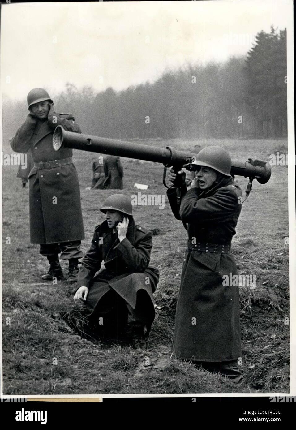Apr. 17, 2012 - Prima della fine dell'istruzione militare soldati tedeschi sono apprese gestione ci moderno - bracci ama i bazooka e shell. Immagini Stock