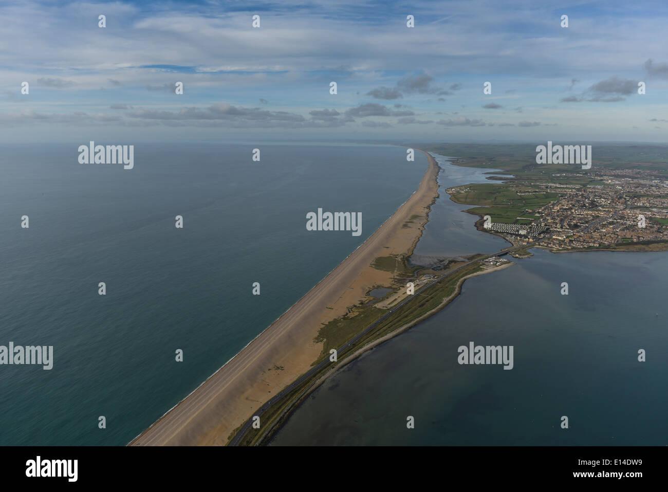 Una veduta aerea di Chesil Beach vicino a Weymouth e Portland su Devon la Jurassic Coast Foto Stock