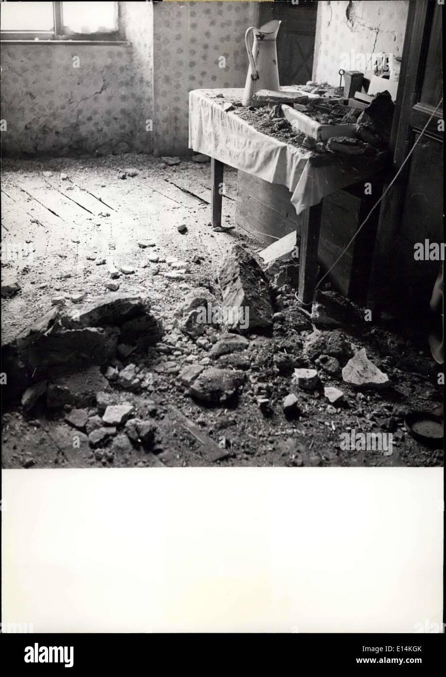 Apr. 05, 2012 - terribile terremoto in francese alpi inferiore: 800 milioni di danni. Un terribile terremoto ha causato 800 milioni di danni nella valle del High-Ubaye in francese alpi inferiore domenica scorsa. Ad un violento sisma non era stato visto in Francia per vent'anni. OPS: una vista di una casa del villaggio di Saint-Paul una parte delle pareti eth è collassato. Immagini Stock