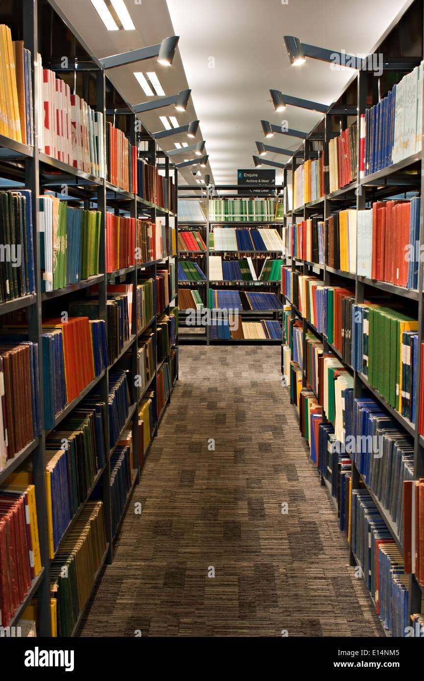 Scaffalature Per Biblioteca.Biblioteca Libri Impilati Su Scaffalature In Biblioteca