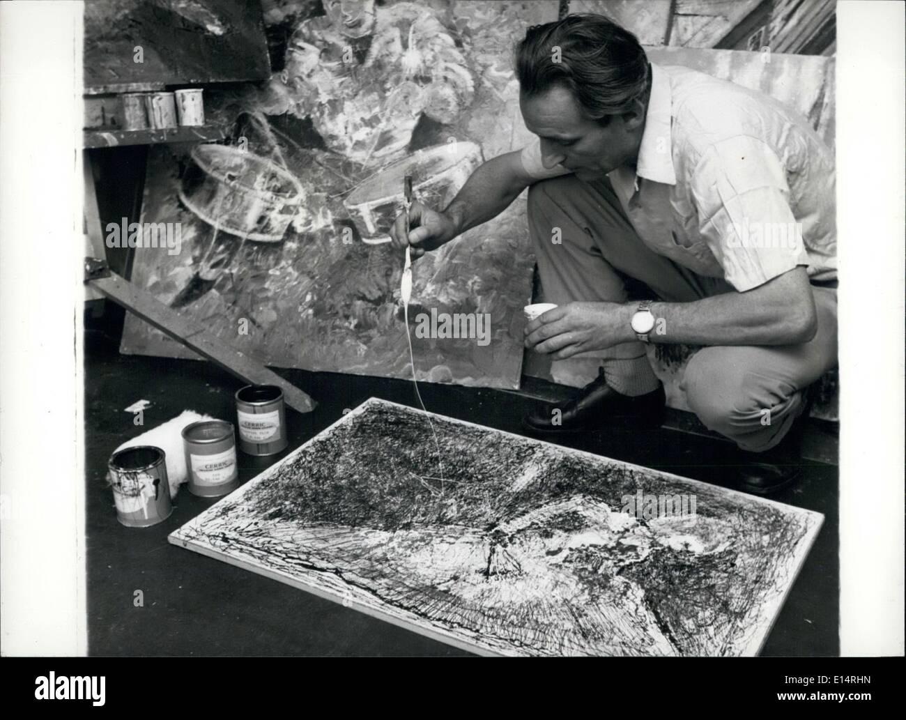 Apr. 18, 2012 - Il gocciolamento technique: Mr.Mann utilizza il rompigoccia techniqe su uno dei suoi dipinti. Il processo è eccitante come i risultati. Immagini Stock