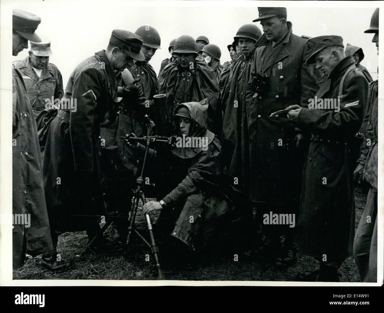 Apr. 18, 2012 - Prima della fine dell'istruzione militare soldati tedeschi sono apprese consegna ci moderno - Bracci ama i bazooka e shell. Immagini Stock