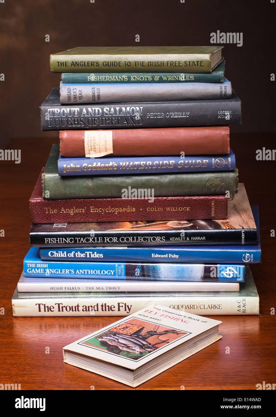 Una pila di angolazione libri di pesca Immagini Stock