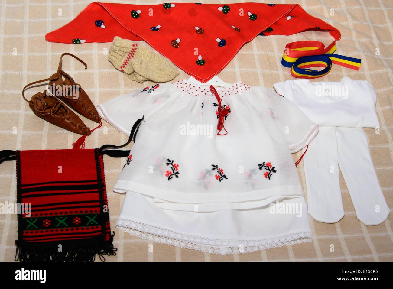 Costume tradizionale dalla Romania, simbolo etnico con bandiera rumena Immagini Stock