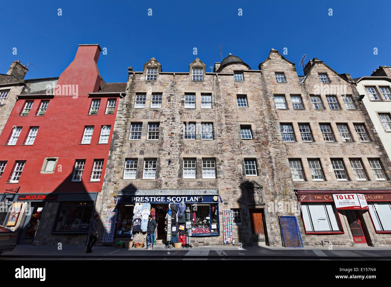 Architettura tradizionale e un souvenir scozzese regali sul Royal Mile di Edimburgo Immagini Stock