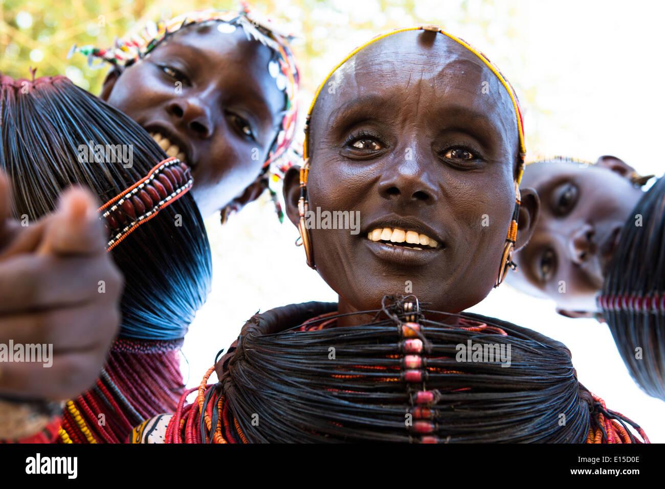 Bella Rendille le donne nel loro villaggio nel nord del Kenya. Immagini Stock