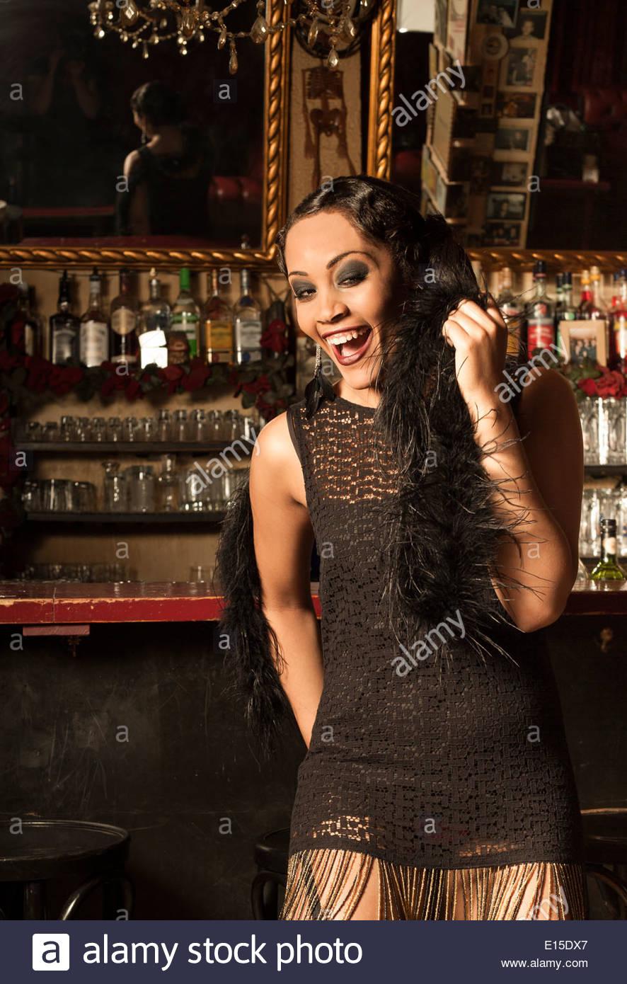 Giovani di sesso femminile in stile afro-americani nel modo di anni ruggenti in un bar Foto Stock