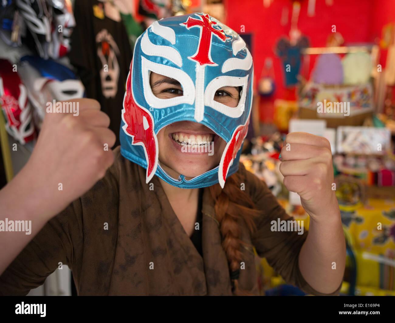 Il wrestling messicano maschere in vendita a Tope un messicano di merci in negozio Kosetsu Ichiba Mercato, off Kokusai Street, citta' di Naha. Immagini Stock