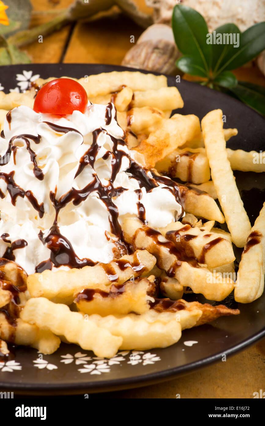 Patate fritte con panna fresca e di sciroppo al cioccolato, Chungju Corea Immagini Stock