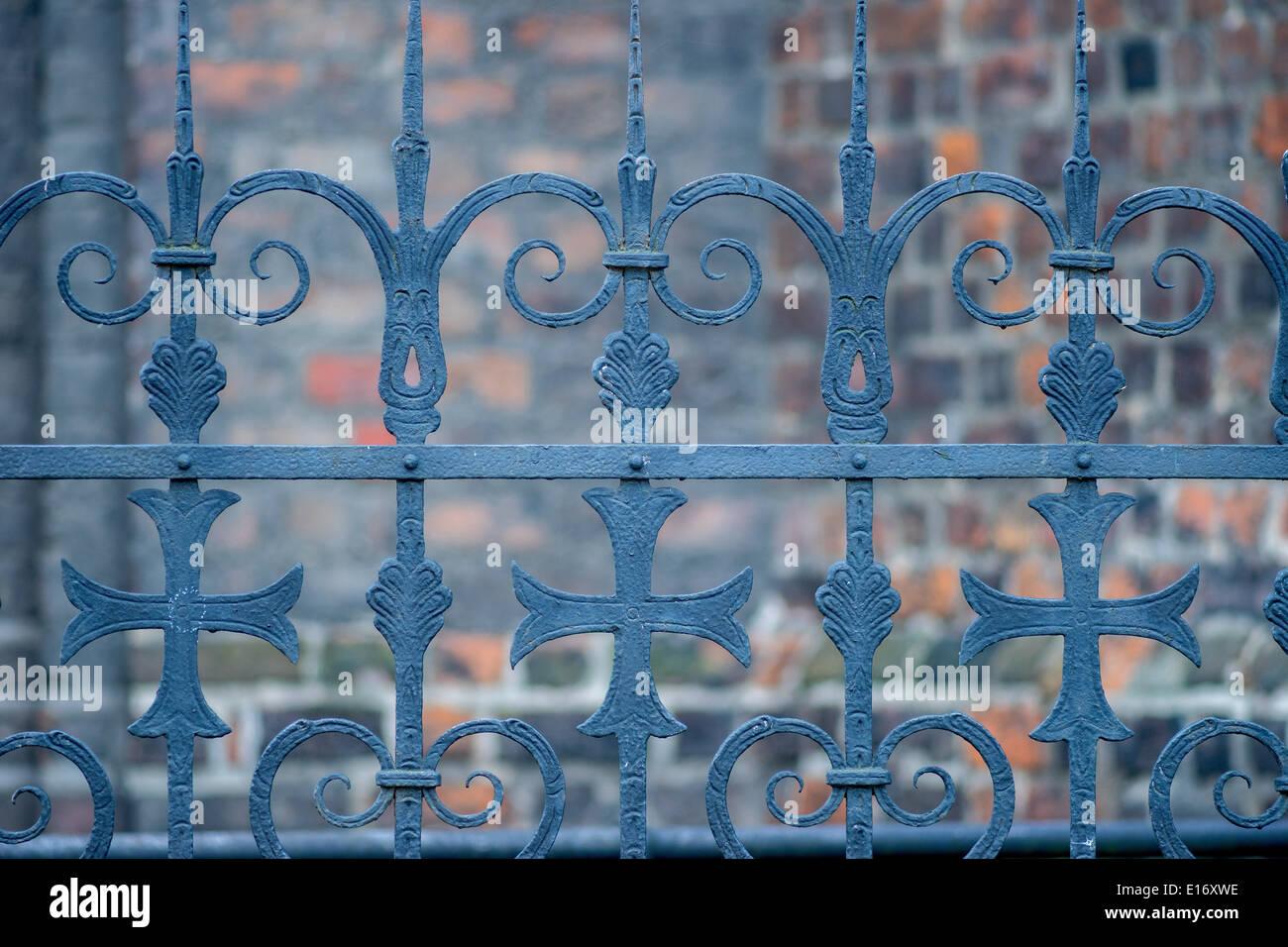 Vecchia recinzione in ferro croce cristiana Immagini Stock