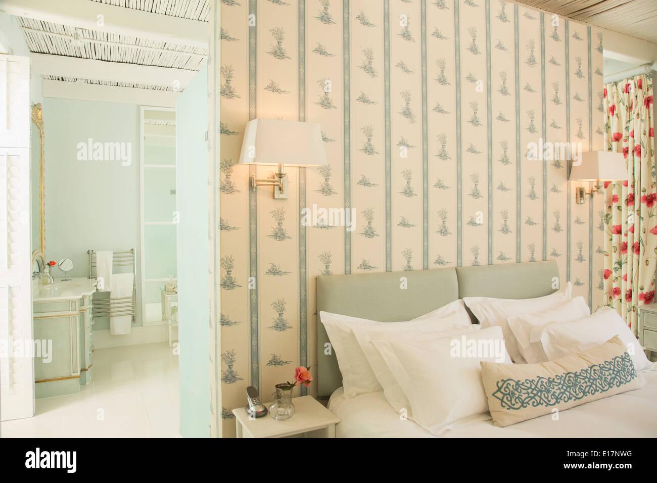 Camera da letto lussuosa e bagno privato Foto & Immagine Stock ...