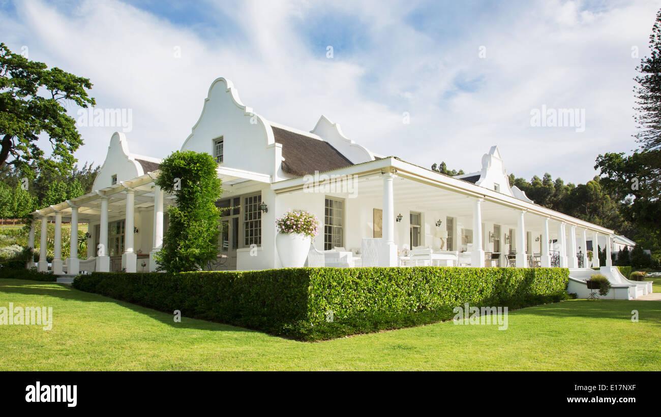 Casa di lusso con portico foto immagine stock 69626999 for Casa di lusso