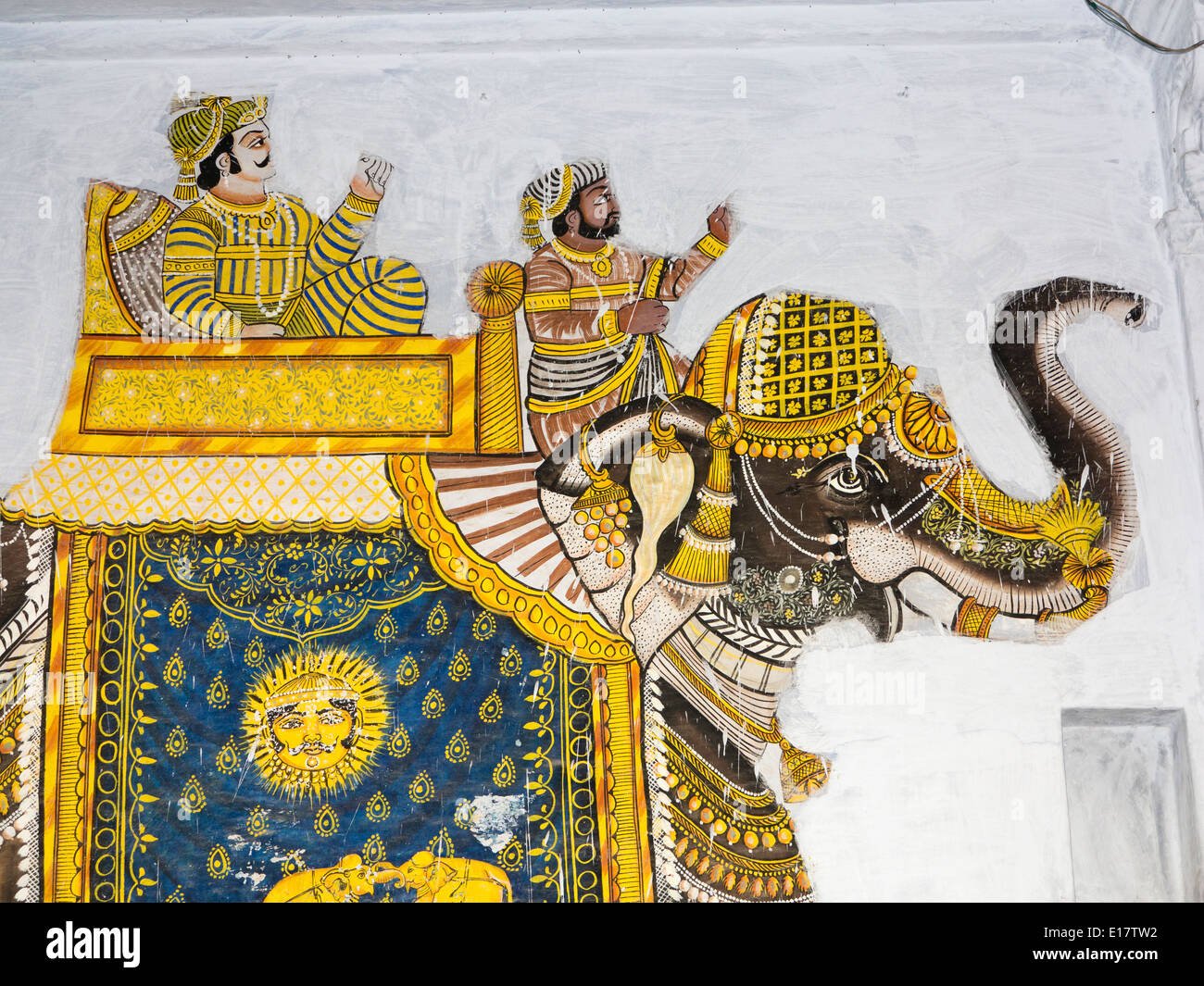 India Rajasthan, Udaipur, tradizionale pittura murale di Rajput uomini su caparisioned elefante simbolo surya Immagini Stock