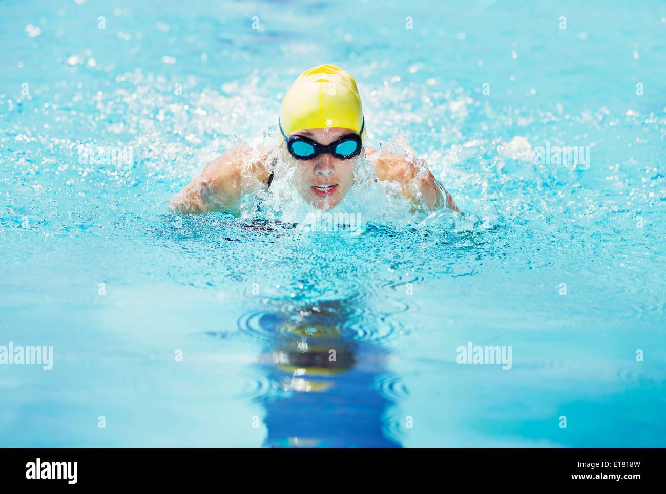 Nuotatore che indossa gli occhiali di protezione in piscina Immagini Stock