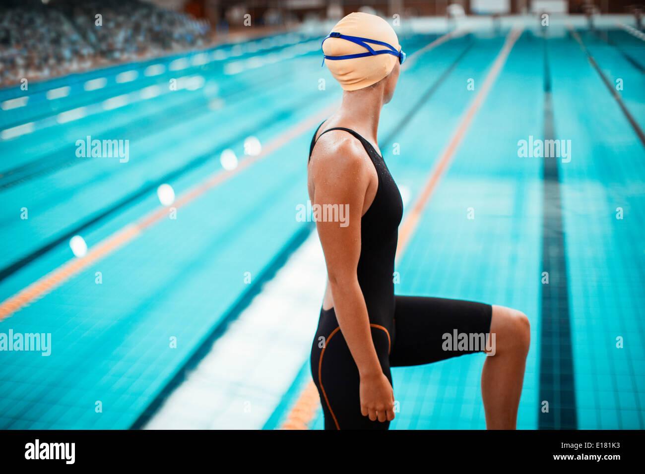 Nuotatore in piedi sul bordo della piscina Immagini Stock