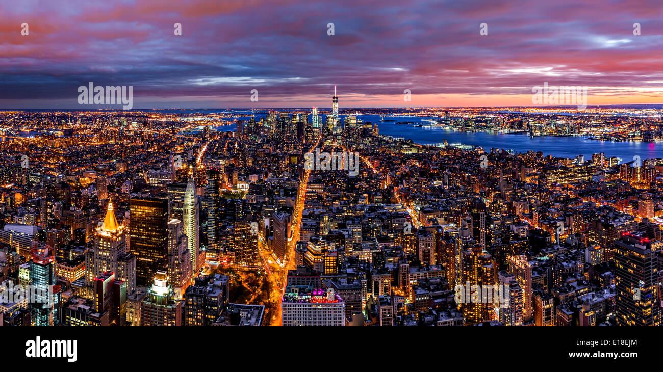 Panoramica aerea della città di New York al crepuscolo Immagini Stock