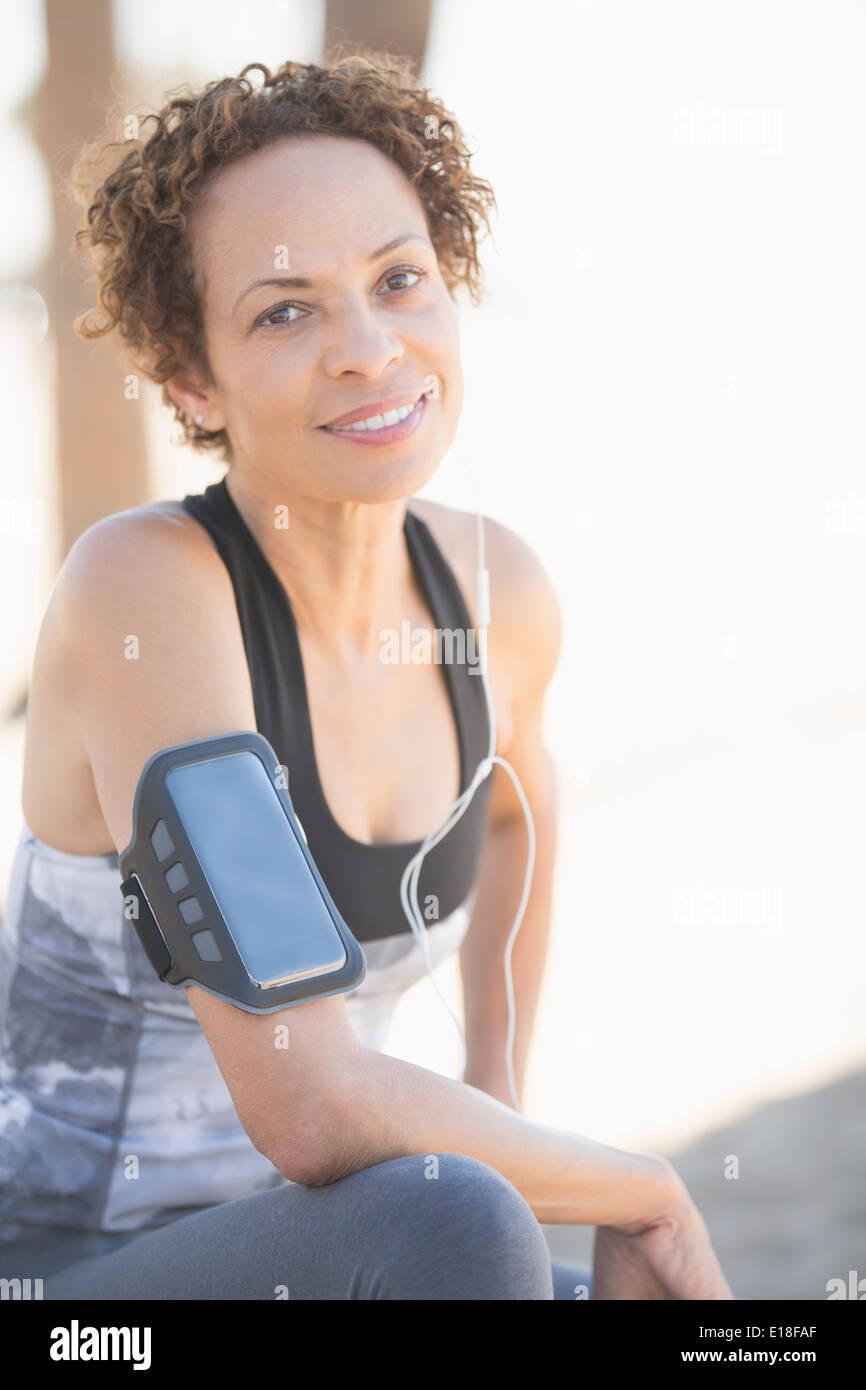Ritratto di fiducioso femmina indossa pareggiatore fascia per il braccio Immagini Stock