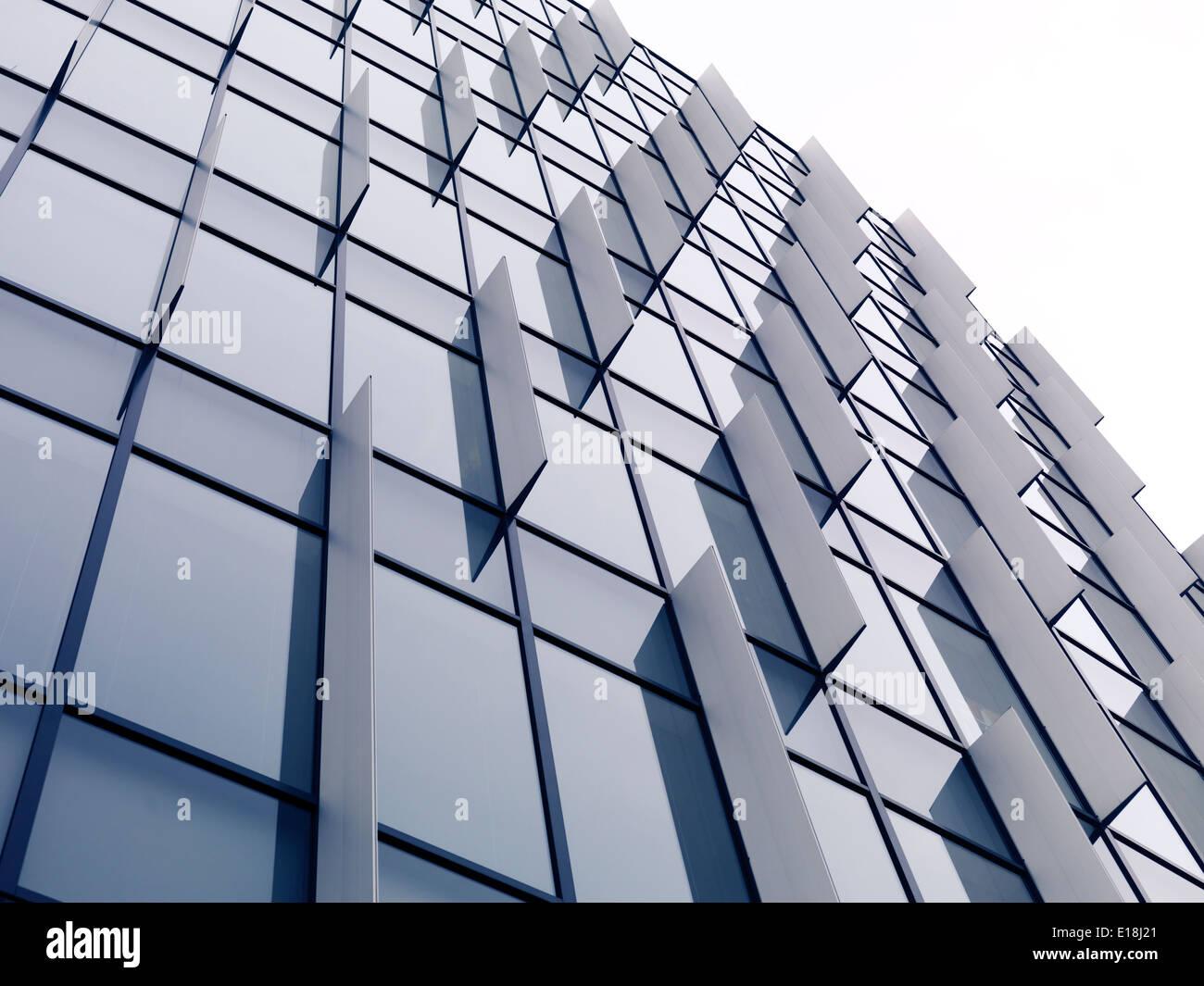 Abstract architettura moderna, vetro e metallo parete edilizia dettaglio dello sfondo. Tokyo, Giappone. Foto Stock