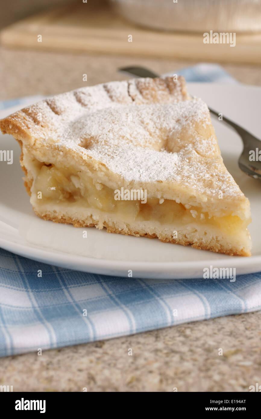 Fetta di torta di mele calda spolverata con zucchero a velo Immagini Stock