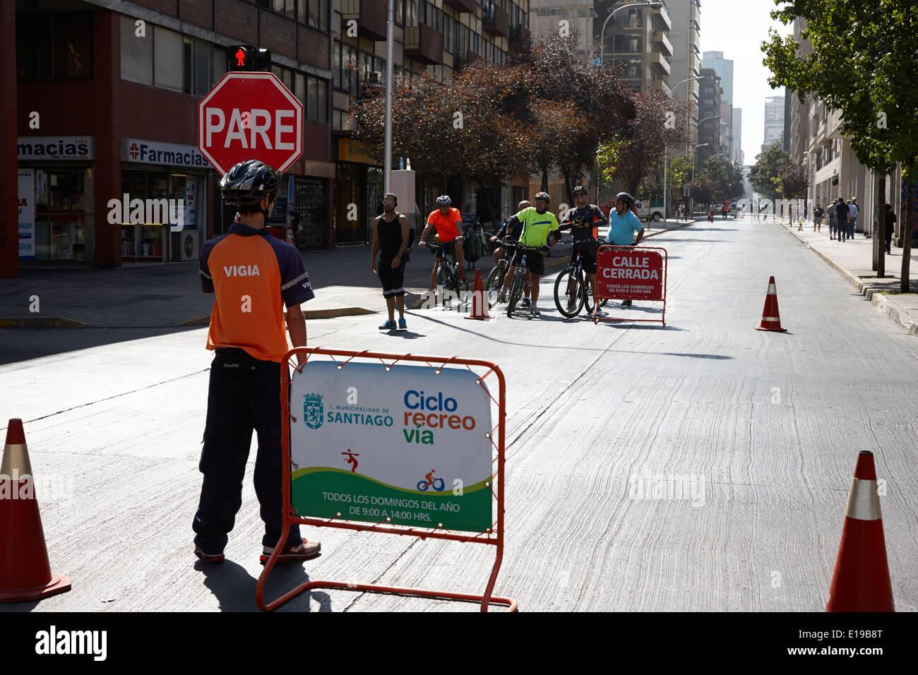 La domenica mattina le strade chiuse per i ciclisti e gli escursionisti Santiago del Cile Immagini Stock