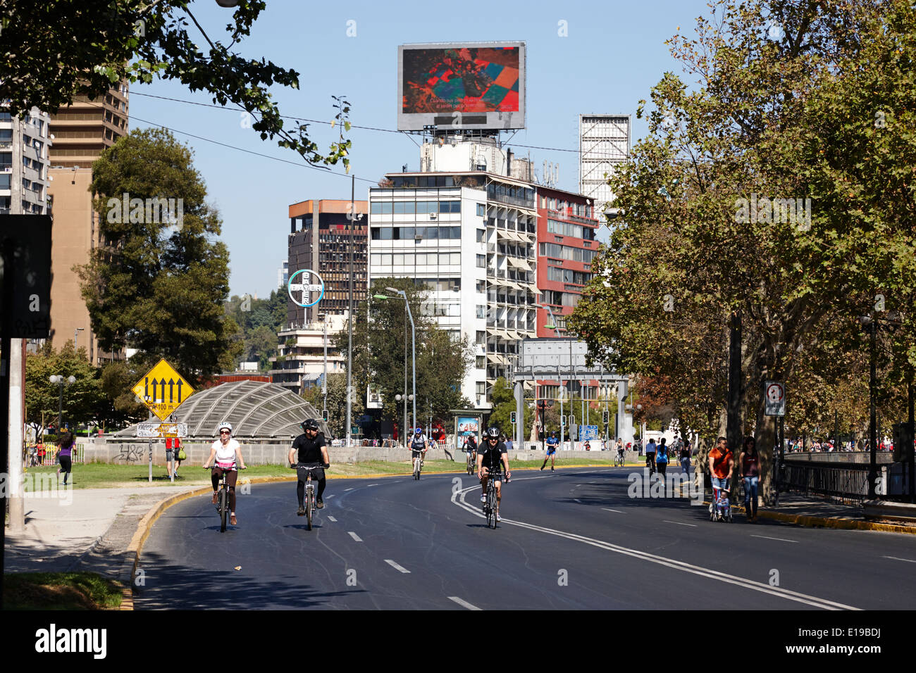 La domenica mattina le strade chiuse per i ciclisti e gli escursionisti providencia Santiago del Cile Immagini Stock